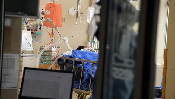 Un paciente infectado por el nuevo coronavirus COVID-19 permanece conectado a un respirador artificial en la Unidad de Cuidados Intensivos del hospital IESS Carlos Andrade Marin en Quito, Ecuador. (Foto por RODRIGO BUENDIA / AFP).