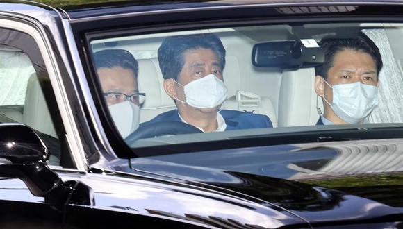 El primer ministro japonés Shinzo Abe (centro) llega al Hospital Universitario Keio en Tokio, Japón, el 24 de agosto de 2020. (EFE / EPA / JIJI PRESS JAPAN).