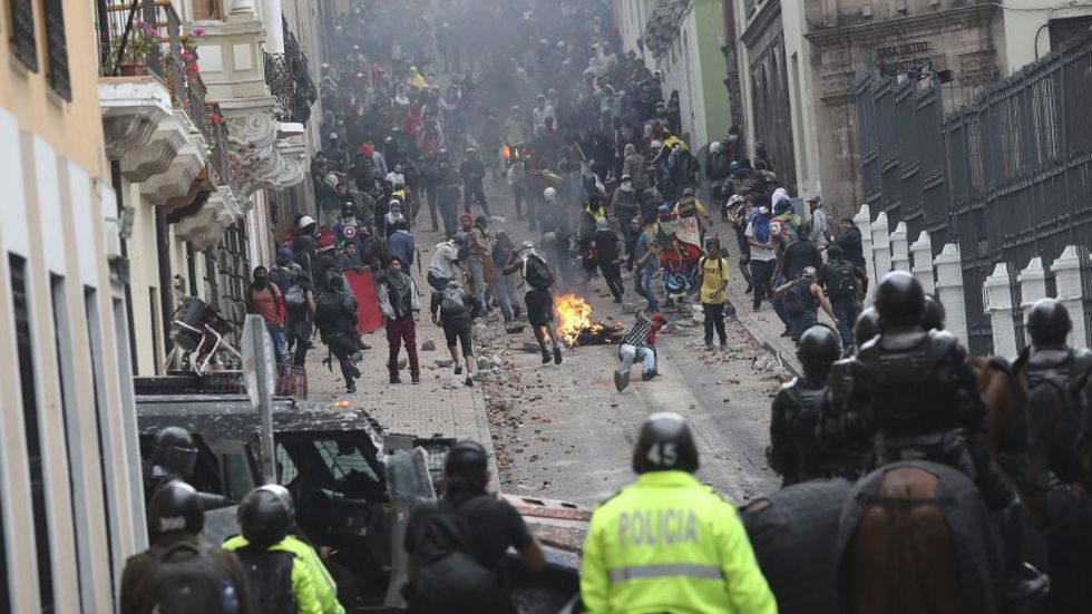 Los manifestantes antigubernamentales y las fuerzas de seguridad se enfrentan durante un ataque nacional contra el presidente Lenin Moreno y sus políticas económicas, en Quito, Ecuador. (Foto: AP).
