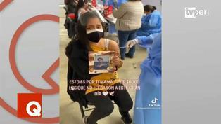 Joven llora al vacunarse contra la Covid-19 junto a la foto de su madre fallecida