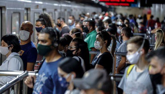 Pasajeros usan tapabocas como precaución contra la propagación del nuevo coronavirus en la estación de metro de Sé en el centro de Sao Paulo (Brasil). (Foto: EFE/Sebastião Moreira/Archivo).