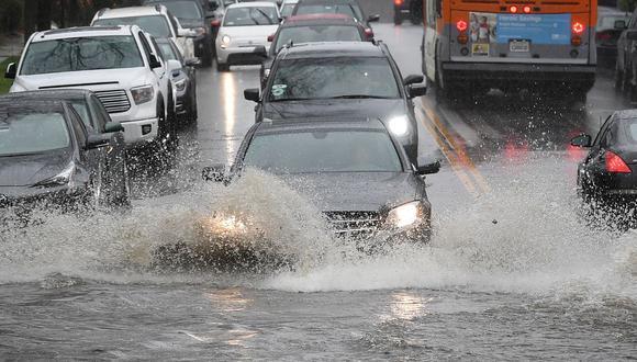 Imagen de automóviles circulando por una calle inundada después de una tormenta en Los Ángeles, California (Foto: Referencial/AFP)