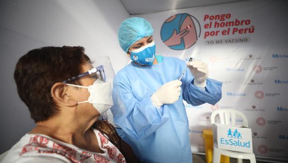 Durante el proceso de vacunación, los profesionales de la salud solicitan el documento nacional de identificación (DNI) a los adultos mayores para proceder con llenar una cartilla donde se coloca los datos de la persona, y así queda constancia que recibió la primera dosis. (Foto: Britanie Arroyo / @photo.gec)