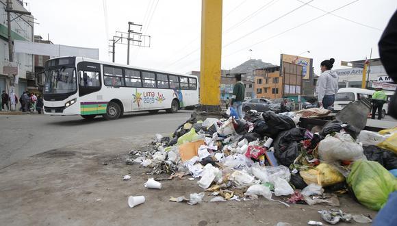 A lo largo de la avenida Pachacútec, entre los distritos de Villa El Salvador y Villa María del Triunfo, es común ver montículos de basura. (Foto: Francisco Neyra)