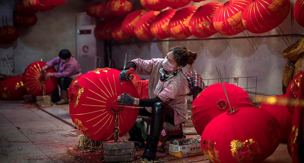 """Este pequeño pueblo, situado en la provincia de Hebei, es conocido como """"la capital del farol"""", ya que la mayoría de sus residentes se dedican a la elaboración a mano de estos elementos decorativos. (EFE)"""