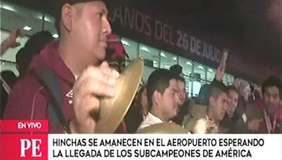 Hinchas peruanos esperaron por largas horas la llegada de la selección peruana tras su segundo lugar en la Copa América. (Video: América TV)