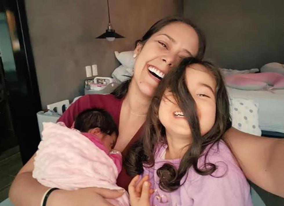 Karen Schwarz muestra con tierna foto el gran parecido entre sus hijas (Foto: Instagram)