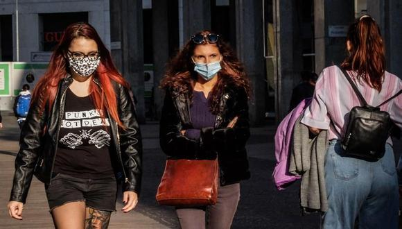 Mujeres que usan mascarillas protectoras en medio de la pandemia de coronavirus caminan por el centro de Milán, norte de Italia, el 16 de octubre de 2020. (Foto: EFE / EPA / MATTEO).