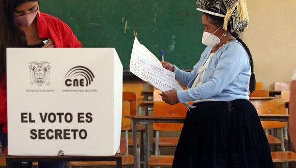 Ecuador vive desde el domingo 7 en un atolladero electoral debido a las denuncias de fraude del candidato indígena Yaku Pérez, que no sólo han parado el recuento cuando está por encima del 99,8 % sino que además exige reabrir urnas en 17 de las 24 provincias del país. (Foto: Cristina Vega RHOR / AFP).