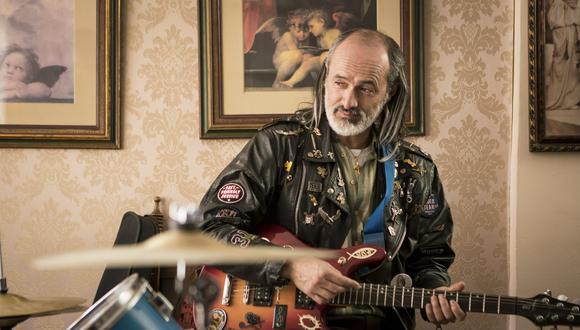 Carlos Alcántara interpreta a un rockero que toda su vida ha soñado con pertenecer a una banda de rock.