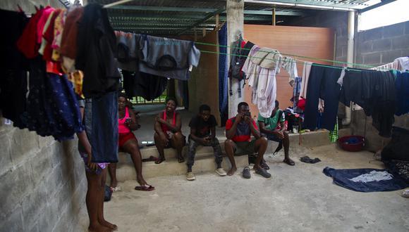 Los migrantes haitianos permanecen en el techo de una casa alquilada donde duermen en sacos de dormir, en Tapachula, estado de Chiapas, México.  (Foto: CLAUDIO CRUZ / AFP)