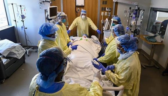 El personal de salud se prepara para colocar en decúbito prono a una mujer de 47 años que tiene COVID-19 y está intubada con un ventilador en la unidad de cuidados intensivos del Humber River Hospital en Toronto. (Foto: Nathan Denette / The Prensa canadiense vía AP)