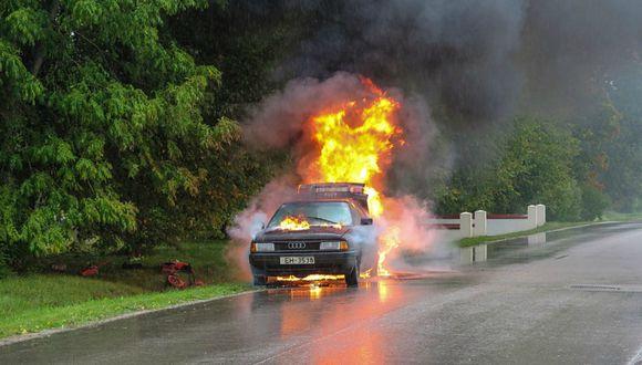 Se viralizó en YouTube el instante en que un auto empezó a avanzar sin conductor tras incendiarse. (Foto: Referencial/Pixabay)