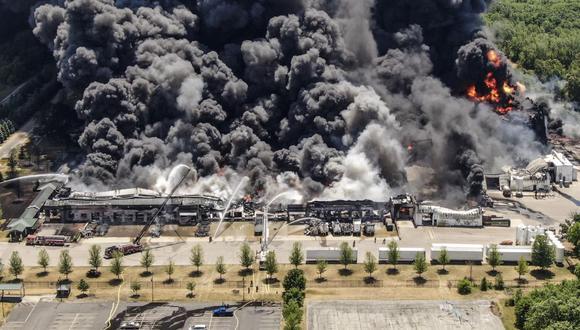 Una foto aérea muestra humo mientras los bomberos de más de 40 agencias de Illinois y Wisconsin continúan combatiendo un incendio en la planta química Chemtool en Rockton. (EFE / EPA / TANNEN MAURY).