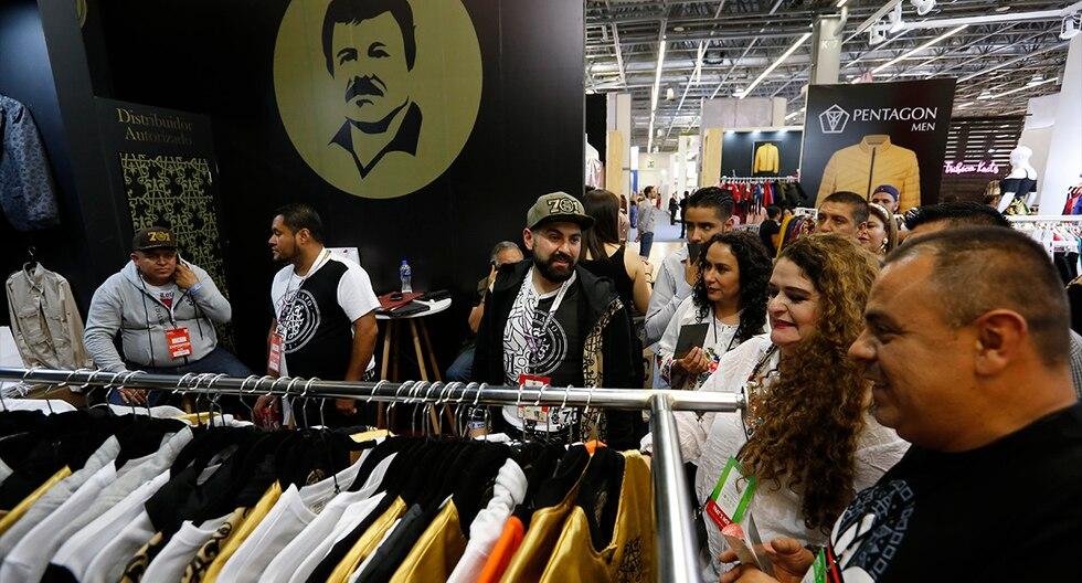 Camisas, licoreras y portacigarrilos, entre otros artículos, inspirados en la imagen del narcotraficante mexicano Joaquín El Chapo Guzmán, fueron lanzados para su venta en México. (EFE)