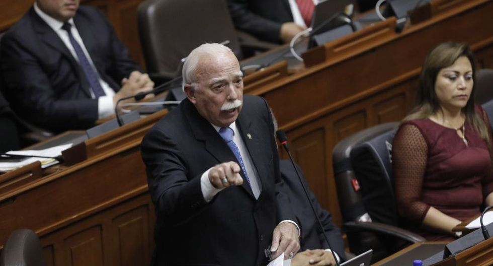 """""""Ponerse un mandil sobre el uniforme es antireglamentario y la verdad que ahí esa campaña hecha por la ministra habría que ver a qué se refiere"""", dijo Tubino. (Foto: GEC)"""