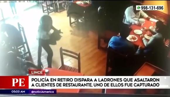 Policía en retiro se enfrentó a delincuentes que minutos antes habían robado a clientes dentro de restaurante. (Captura: América Noticias)