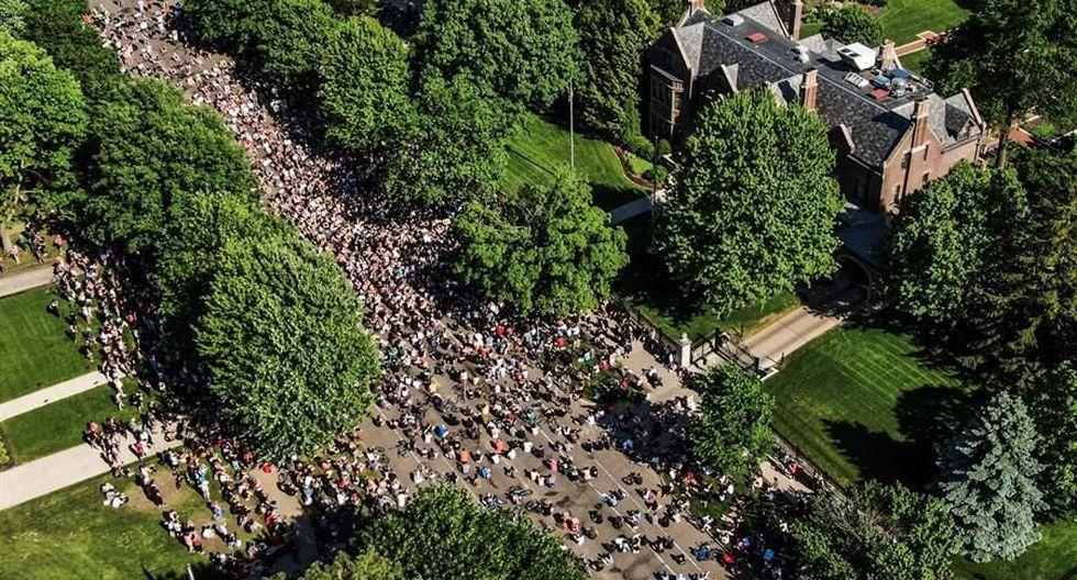 Una gran multitud de manifestantes marchan frente a la mansión del gobernador de Minnesota. (EFE / EPA / TANNEN MAURY).