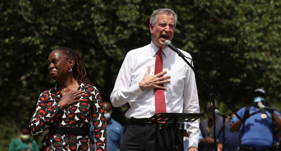 El alcalde Bill de Blasio junto a su esposa Chirlane McCray en un acto en memoria de Geoge Floyd en Brooklyn. (Foto: AFP)