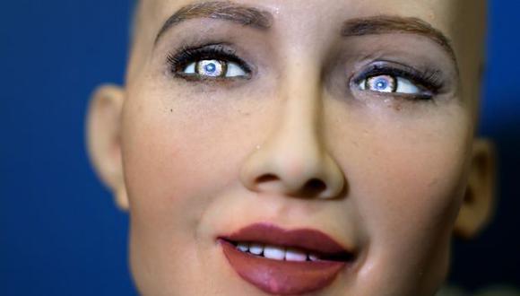Sophia identifica a sus interlocutores gracias a dos cámaras situadas en sus ojos, las mismas que cuentan con tecnología de reconocimiento facial y que le sirven para hacer 'contacto visual'. (Foto: AFP)