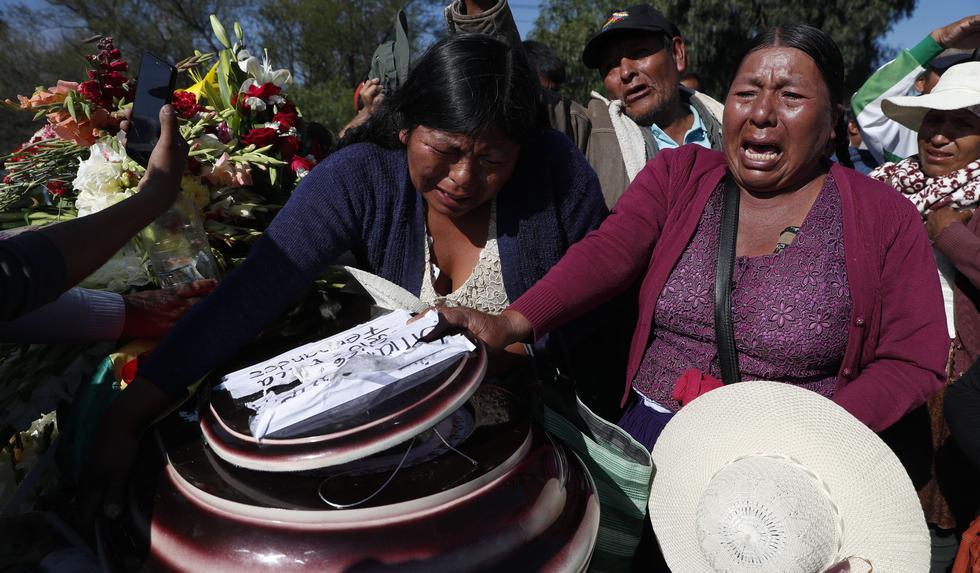 Mujeres lloran después junto al ataúd de una de las ocho personas asesinadas en una protesta de simpatizantes del expresidente Evo Morales en Sacaba, Cochabamba. (Foto AP / Juan Karita).