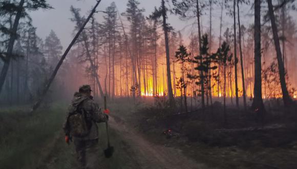 Un voluntario camina para apagar un incendio forestal en la república de Sakha, también conocida como Yakutia, en el Lejano Oriente de Rusia. (Foto: Archivo: AP / Ivan Nikiforov, archivo)