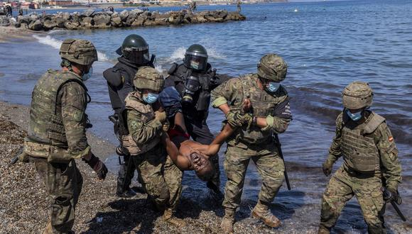 Militares españoles retirando a la fuerza a un migrante. (Foto: AP)