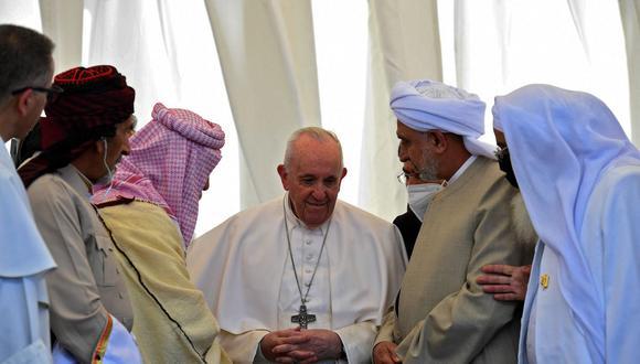 El papa Francisco habla con figuras religiosas iraquíes durante un servicio interreligioso en la Casa de Abraham en la antigua ciudad de Ur de los Caldeos. (AFP).