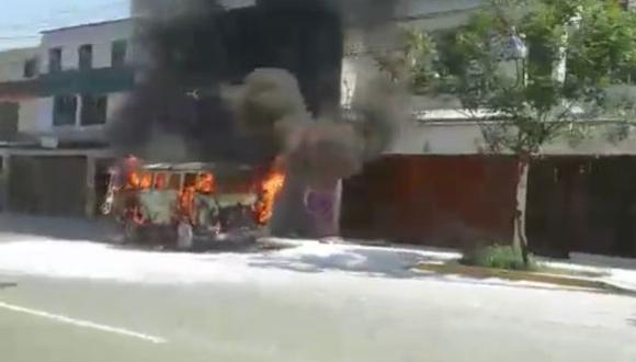 Combi se incendió mientras circulaba por la Av. Canadá