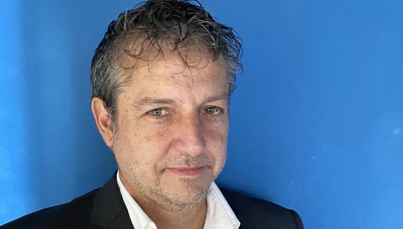 """Escritor y ensayista Juan Carlos Ubilluz, autor de """"Sobre héroes y víctimas. Ensayos para superar la memoria del conflicto armado"""", Taurus, 2020. Foto: Denise Jiras"""
