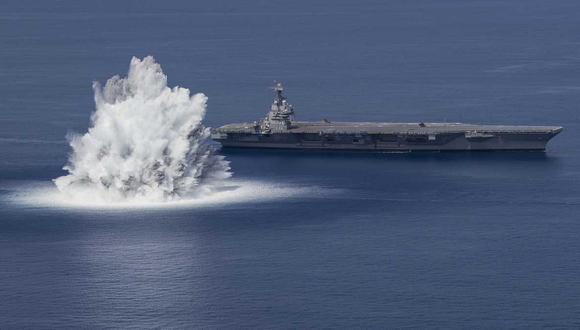 La primera de las pruebas, conocidas como Full Ship Shock Trials, ocurrió el viernes, cuando la Armada desencadenó un evento explosivo gigante cerca del USS Gerald R. Ford. (Marina de Estados Unidos).