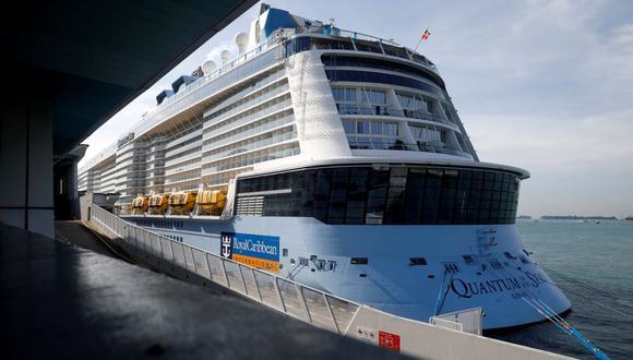 Singapur: El crucero Quantum of the Seas, de la naviera Royal Caribbean, zarpó el lunes para un viaje de cuatro días, pero se vio obligado a volver a puerto después de que un pasajero diera positivo a coronavirus. (REUTERS/Edgar Su).