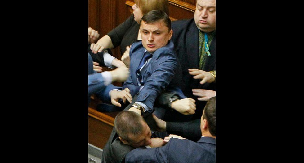 Ucrania: Diputados pelean a puñetes y patadas en el parlamento - 5