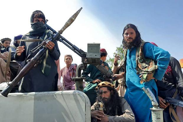 Combatientes talibanes sobre un vehículo en una calle de la provincia de Laghman, Afganistán, el 15 de agosto de 2021. (Foto: AFP).