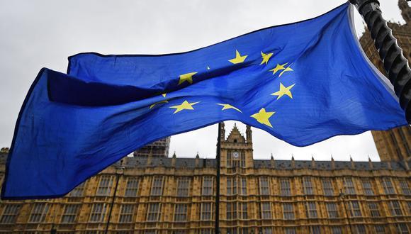 La bandera de la Unión Europea ondea a las puertas del Parlamento británico en Londres. EFE