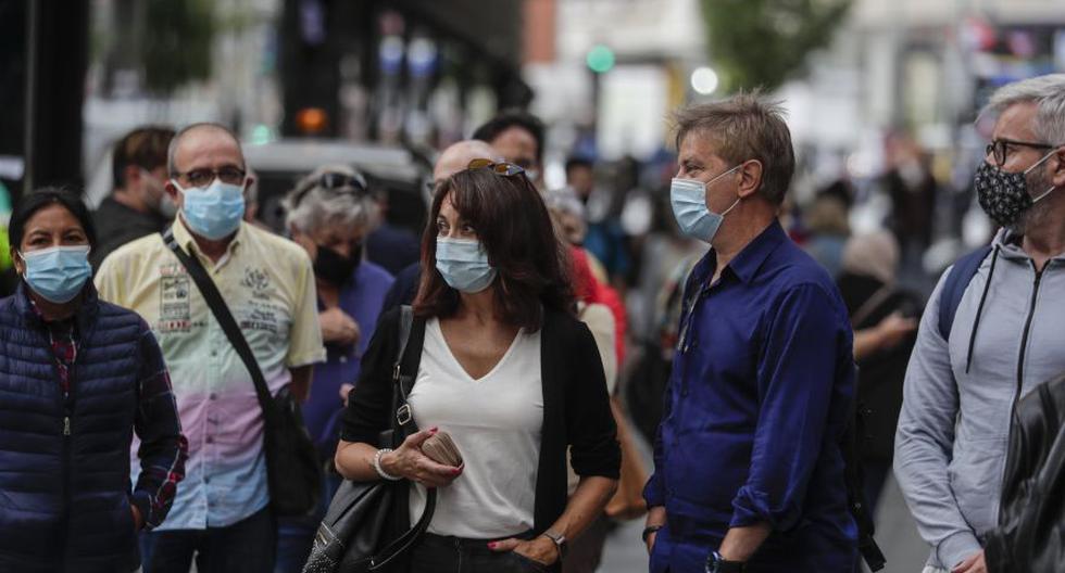 Esta foto de este 18 de setiembre muestra a varias personas haciendo cola para comprar billetes de lotería en el centro de Madrid, que se ha convertido en la zona más afectada por la segunda ola de la pandemia de coronavirus COVID-19 en España. (Foto: AP / Manu Fernandez)