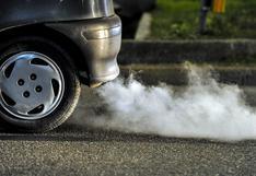 Identifica qué problema tiene tu auto por el color de humo que sale del escape