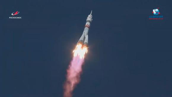 Una imagen fija extraída de un video disponible en el sitio web oficial de la Corporación Espacial Estatal de Rusia ROSCOSMOS muestra el cohete portador ruso Soyuz-2.1a con la nave espacial tripulada Soyuz MS-17 despegando de la plataforma de lanzamiento en el cosmódromo de Baikonur en Kazajstán. (EFE / EPA / ROSCOSMOS)
