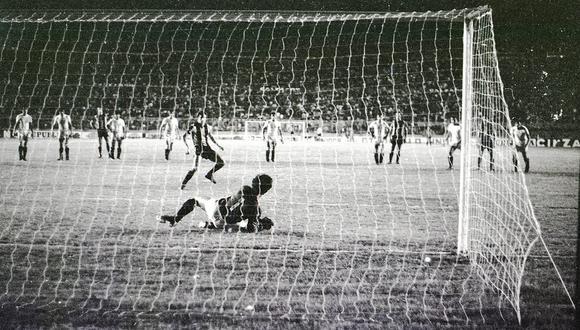 Gracias a una estupenda intervención, 'Papelito' Cáceres impidió que la estrella uruguaya Fernando Morena marcara el empate de Peñarol en el Centenario. (Foto: Archivo histórico GEC).
