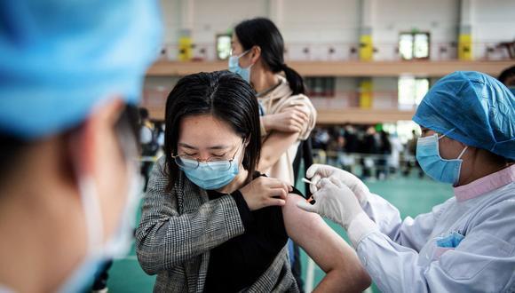 Una estudiante universitaria recibe la vacuna contra el coronavirus Covid-19 del Grupo Nacional Biotec de China (CNBG) en una universidad de Wuhan. (Foto: AFP).