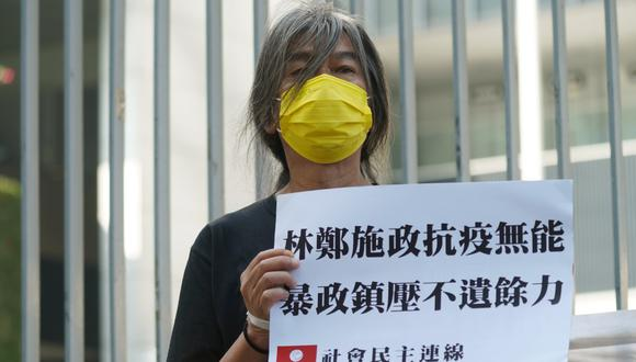 "El activista ""Pelolargo"" Leung Kwok-hung sostiene un cartel de protesta antes del discurso político anual de la directora ejecutiva de Hong Kong, Carrie Lam, en el Consejo Legislativo, el 25 de noviembre de 2020. (REUTERS/Lam Yik)."