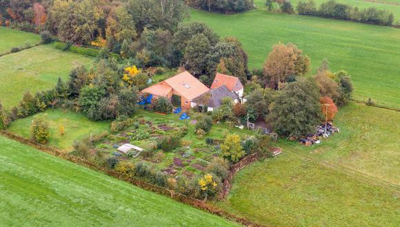 Vista aérea de la granja donde un padre y seis hijos permanecían secuestrados en Ruinerwold, norte de Holanda. (AFP / ANP / ANP / Wilbert Bijzitter).