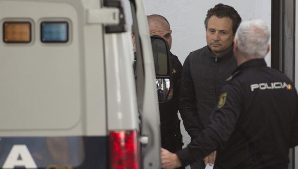 Imagen de archivo del 13 de febrero de 2020. Emilio Lozoya, ex director ejecutivo de la compañía petrolera estatal de México, Pemex, es transferido a una camioneta de la Policía en Marbella (España). (JORGE GUERRERO / AFP).