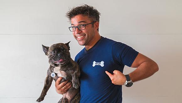 """El actor peruano, presentador de TV (""""Polizontes"""", """"Combate"""") y locutor de radio Renzo Schuller se define como """"dog lover"""", es decir, amante de los perros. (Foto: WUF)"""
