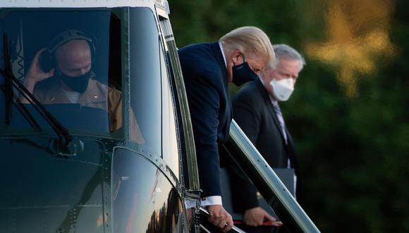 El jefe de gabinete de la Casa Blanca, Mark Meadows, observa cómo el presidente de Estados Unidos, Donald Trump, baja del Marine One mientras llega al Centro Médico Walter Reed en Bethesda, Maryland, el 2 de octubre de 2020, después de dar positivo por covid-19. (Foto de Brendan Smialowski / AFP).