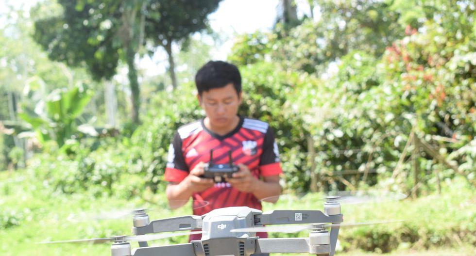 Una vez que el dron se eleva y empieza a volar, John Piaguaje lo maneja con facilidad.
