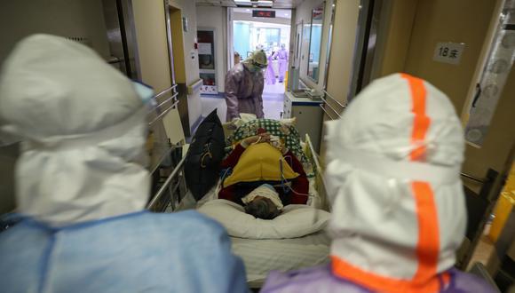 Esta foto tomada el 28 de febrero de 2020 muestra a unos médicos llevando a un paciente infectado por el coronavirus en Wuhan, localidad donde empezó todo. Foto: AFP