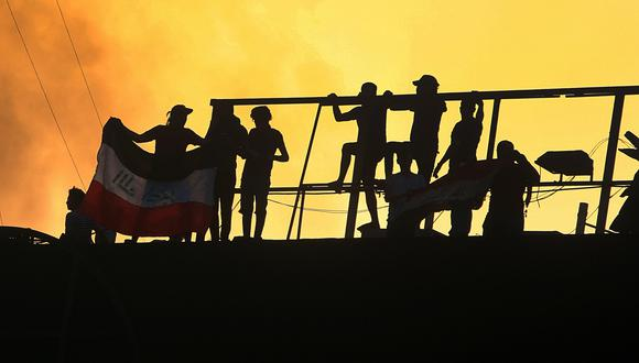 """Durante la convocatoria de ayer, los manifestantes se dirigieron al consulado iraní en la ciudad de Basora para prenderle fuego mientras coreaban """"Irán, fuera, fuera"""". (Foto: AP)"""