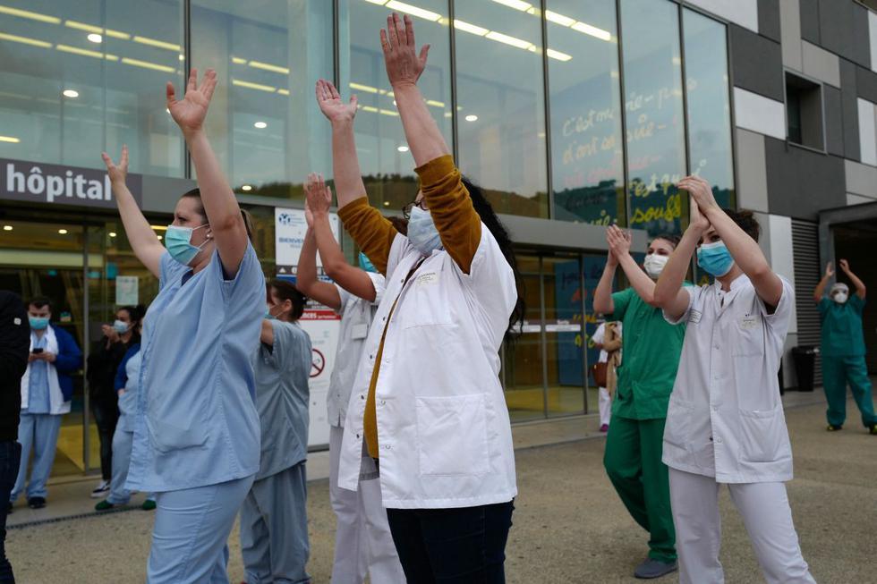 El personal médico bailó frente al hospital universitario Pasteur (CHU) como parte de un tributo diario a los trabajadores de la salud que luchan contra el nuevo coronavirus (COVID-19), en la ciudad de Niza, al sur de Francia. (AFP/VALERY HACHE).