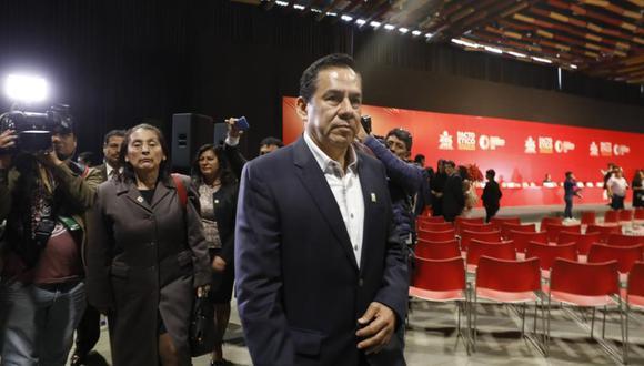 """José Vega, uno de los voceros de UPP, firma la moción para crear la """"comisión de la verdad COVID-19"""". (Foto: GEC)"""